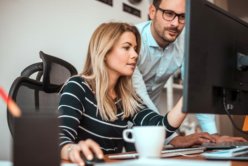 Arbeitskollegen arbeiten zusammen