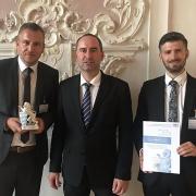 Die beiden Prokuristen Michael Wachsmann und Andreas Sandner bei der Übergabe des Preises