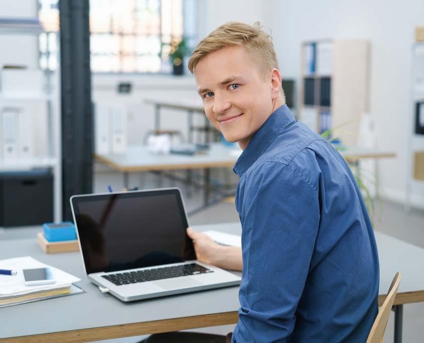 Azubi sitzt in Büro vor Computer