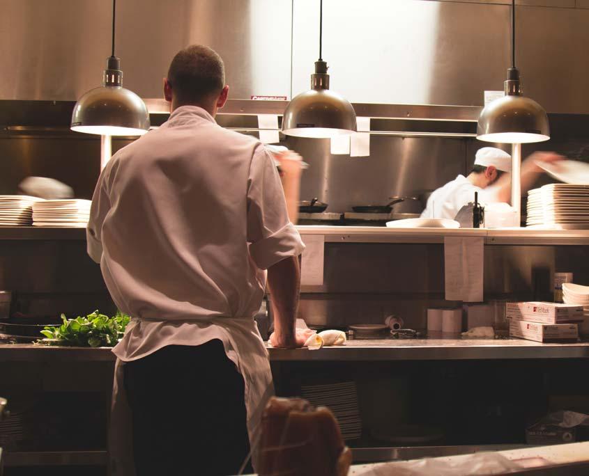 Küchenhilfskraft bei der Arbeit in der Küche