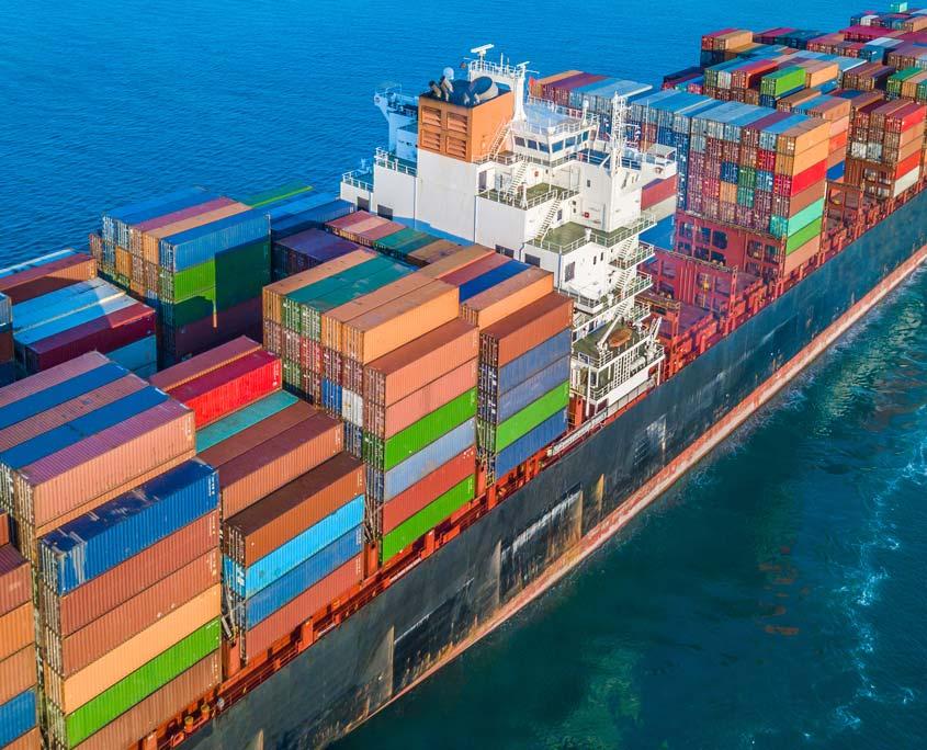 Containerschiff am Meer