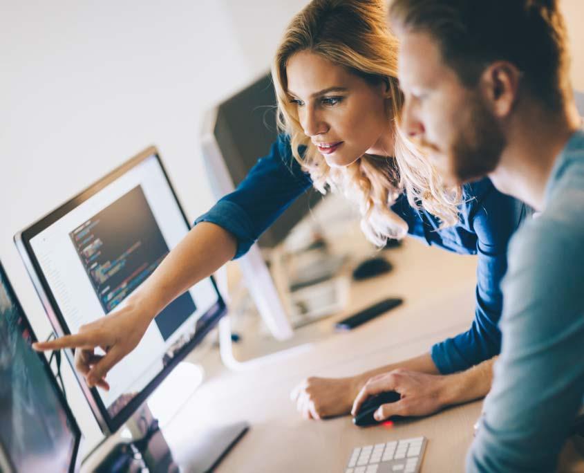 Team arbeitet am Computer