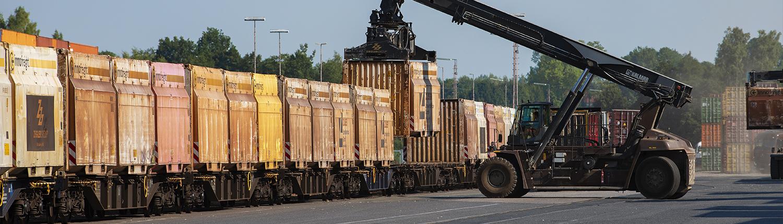 Container werden abgeladen