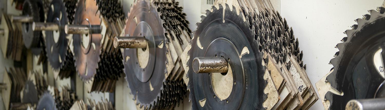 Metallblätter an der Wand