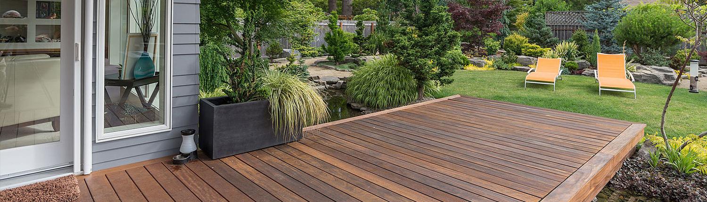 Holzterrasse im Garten