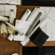 Arbeitsplatz eines Bauzeichners; Pläne; PC; Laptop